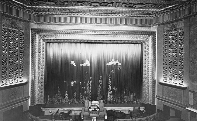 Plaza gilded proscenium with house tableaux and orchestra pit - Opening day - October 7th 1932
