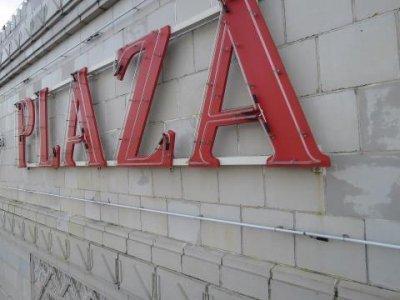 Plaza_Neon_Logo